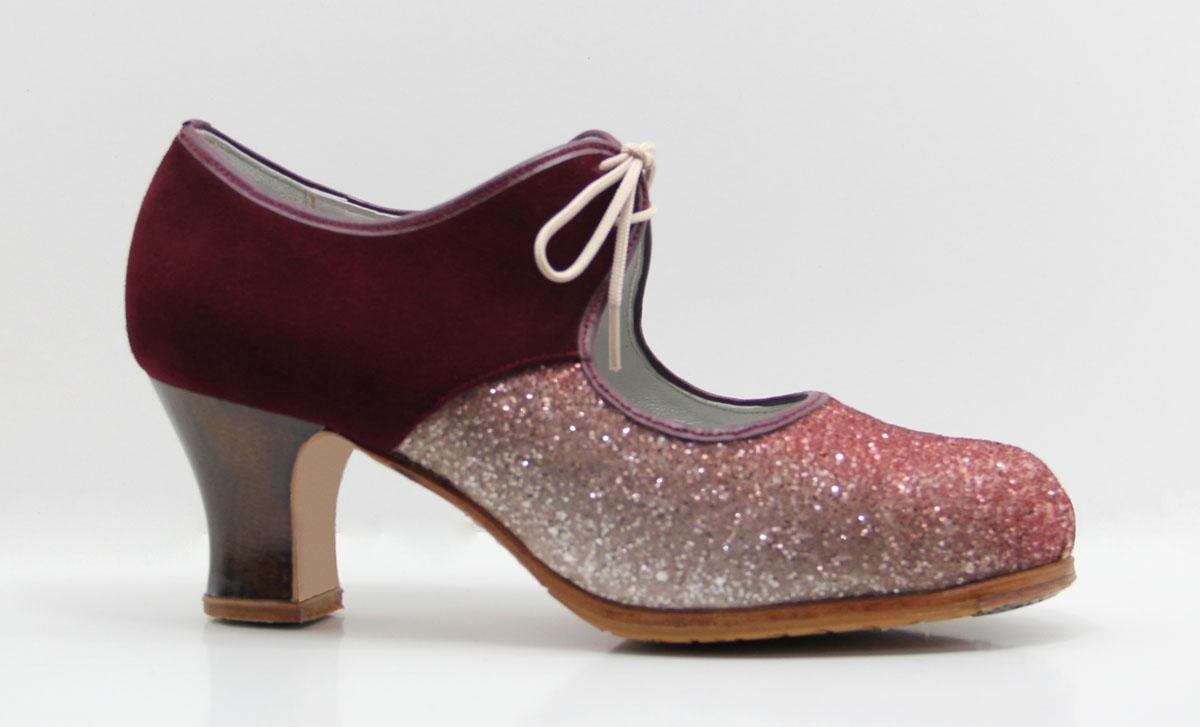 cca44a3d2 Zapato de flamenco glitter. Piel de ante burdeos combinado con glitter  fantasía y cordones